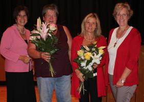 herzlichen Dank für die Blumen - überreicht von Maria Noichl und Elisabeth Jordan, unsere Kandidatin für den Bezirkstag (rechts im Bild)