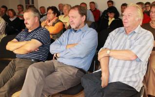 ..gespannt lauschten die Zuhörer - u.a. in der Mitte - Manfred Bischoff, Kreisvorsitzender Rosenheim Land und Kandidat für den Landtag