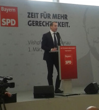 """Kern stellte die Frage: """"Lassen wir uns von den Veränderungen überrollen und verlassen wir uns darauf, dass der Markt alles regelt, oder gestalten wir diese Veränderung?"""" Die Sozialdemokratie müsse sich """"an die Spitze dieser Veränderung stellen""""."""